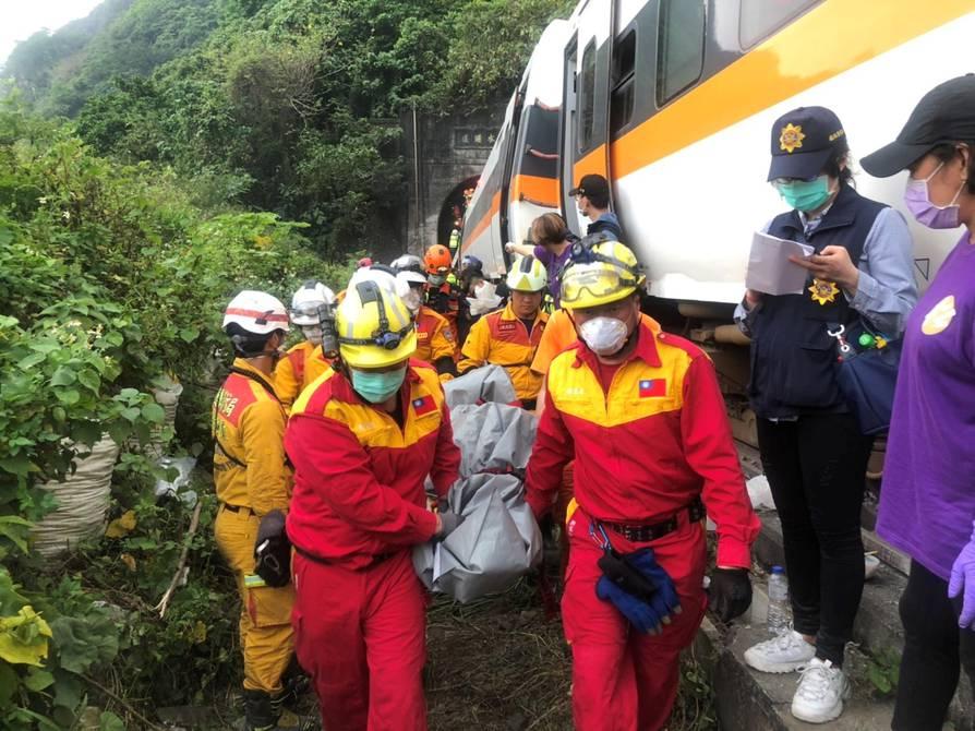 China: al menos 51 muertos y 146 heridos dejo el descarrilamiento de un tren en Taiwán