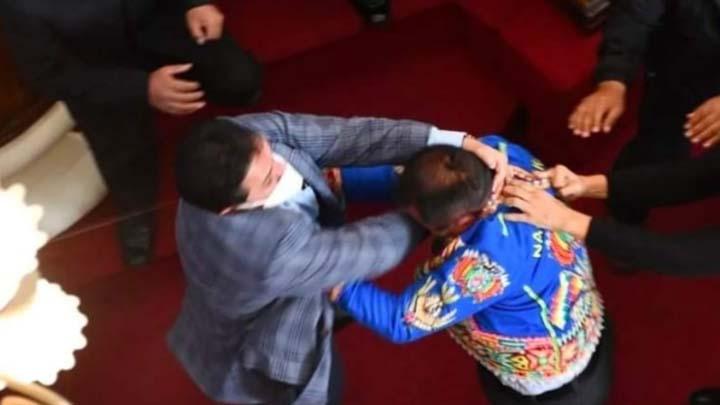 Dos congresistas bolivianos se agarran a patadas y puñetes durante interpelación a ministro