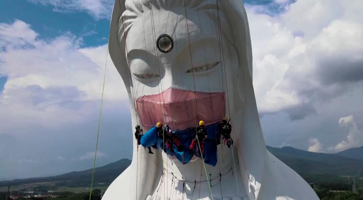 Twitter viral: colocan mascarilla de 35 kilos a diosa budista gigante, para el fin de la pandemia