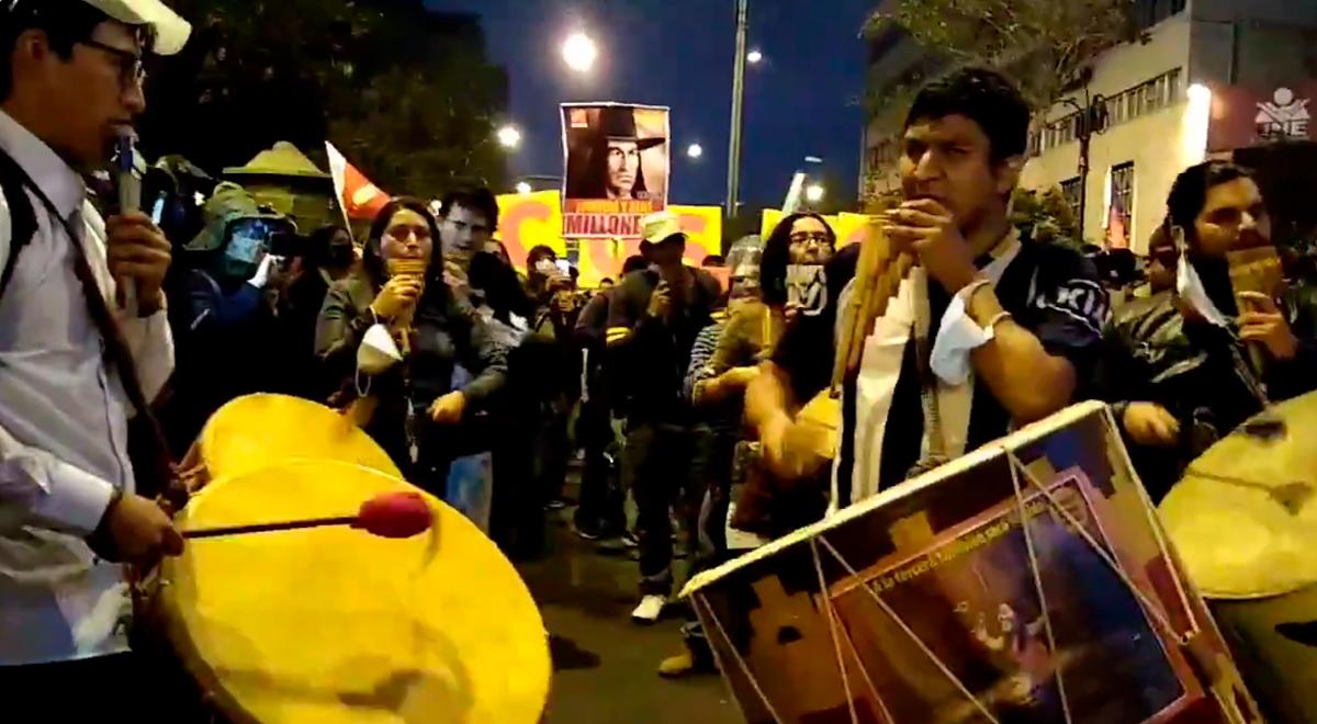 """Twitter viral: Jóvenes se hacen virales al tocar el huayno """"Adiós pueblo de Ayacucho"""" durante marcha antifujimorista"""
