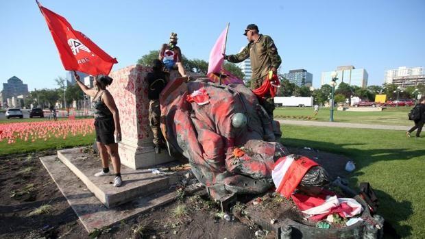 Canadá: derriban estatuas de la reina Isabel II y Victoria tras hallazgo de tumbas de niños indígenas