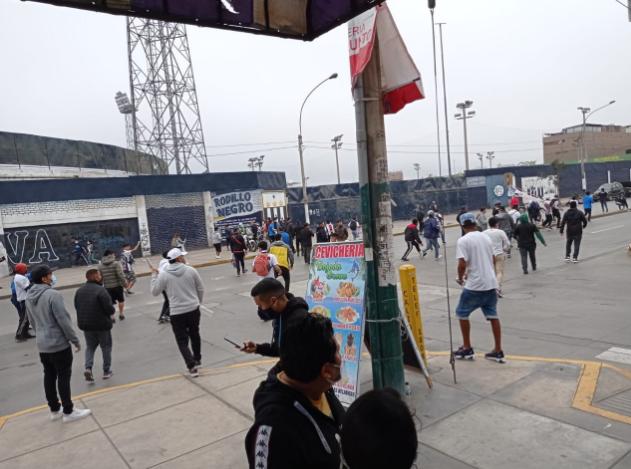 Alianza Lima: hinchas blanquiazules se pelean entre ellos mismos en los exteriores de su estadio