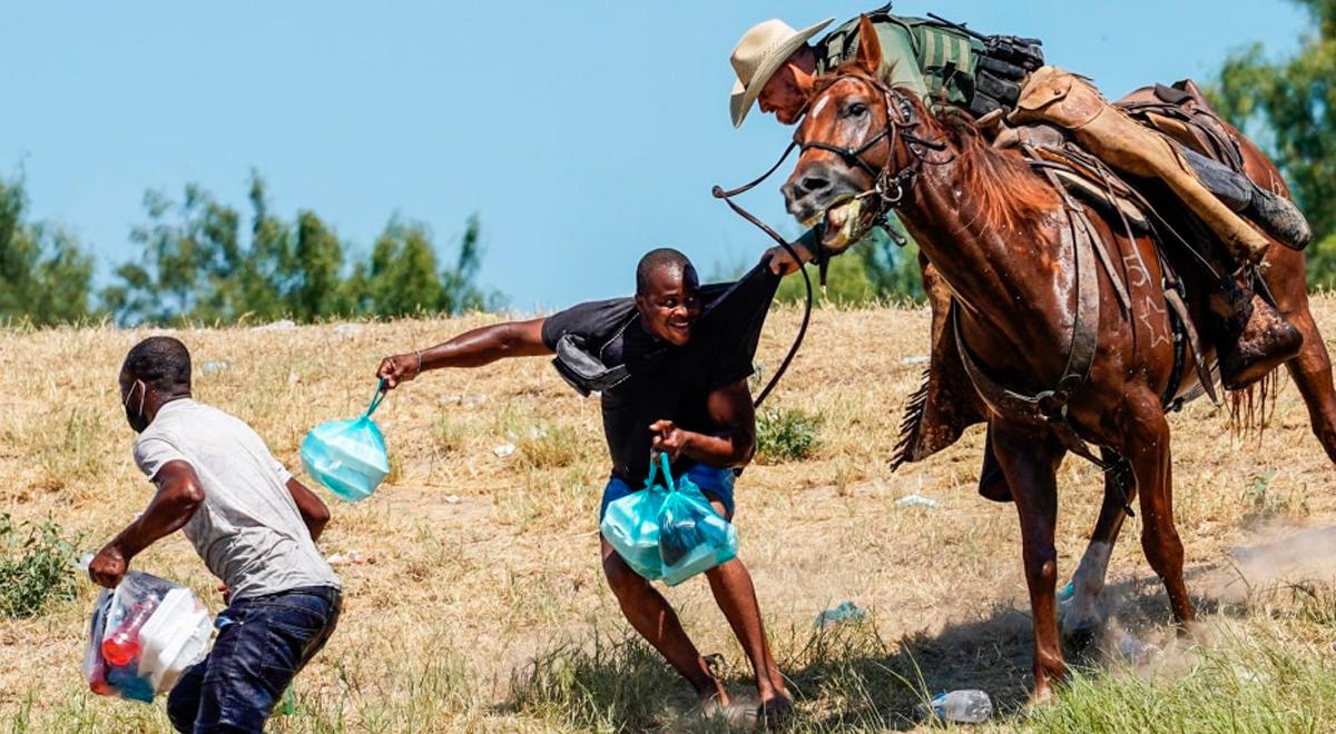 ¡Inhumano! Agentes de la Patrulla Fronteriza atacan con caballos a migrantes haitianos