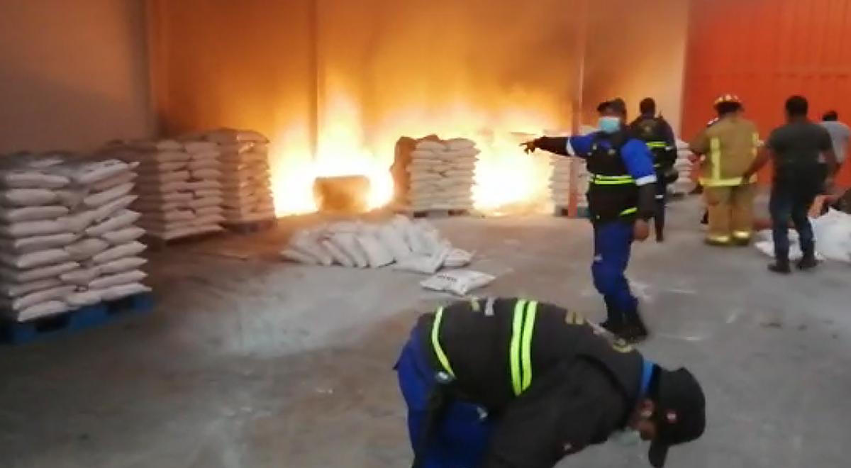 Lurigancho: incendio consume parte de un depósito de telas