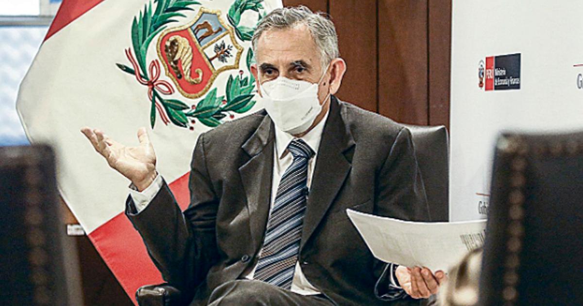 """Francke le dice a Vargas LLosa que """"está mal informado"""" por reafimar """"fraude"""" sin pruebas"""