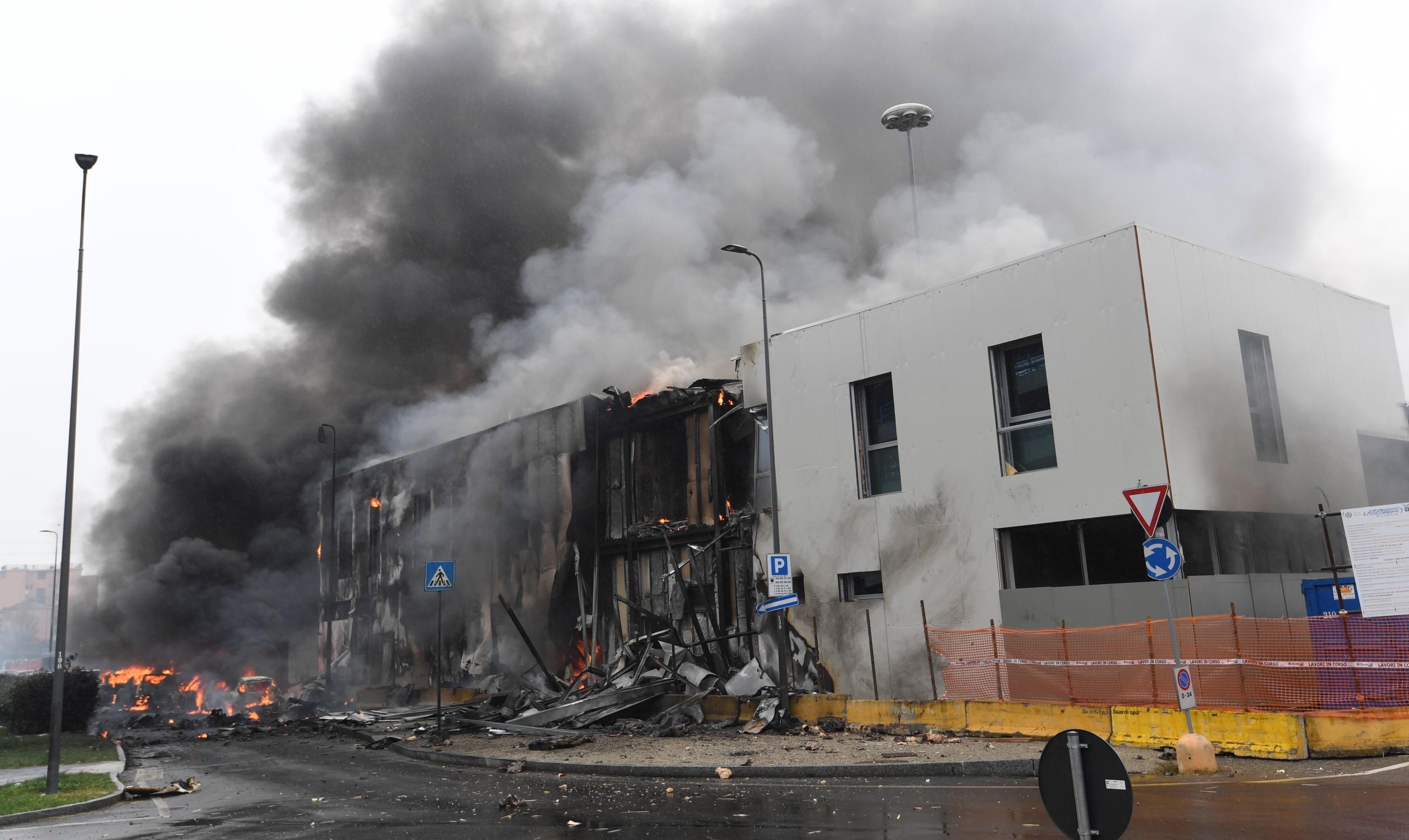 Italia: al menos ocho fallecidos deja el impacto de un avión privado contra un edificio