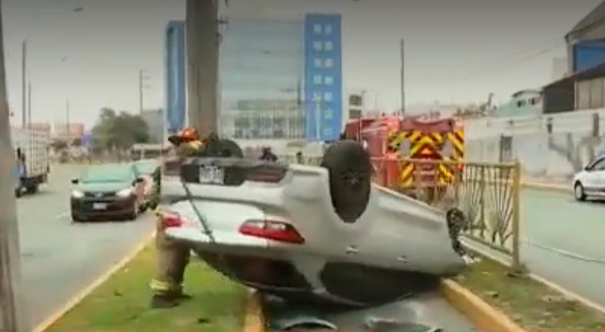 San Miguel: Auto se despistó y quedó volcado en plena ciclovía [VIDEO]