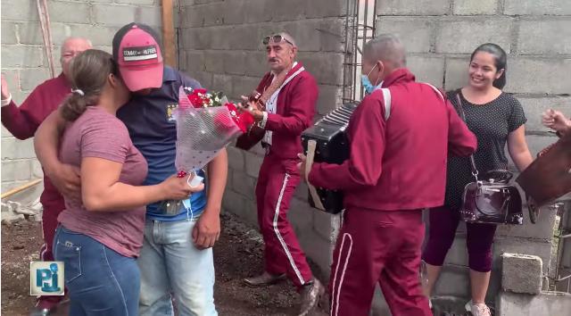 Albañil pide matrimonio a su novia en plena construcción porque no tiene mucho dinero
