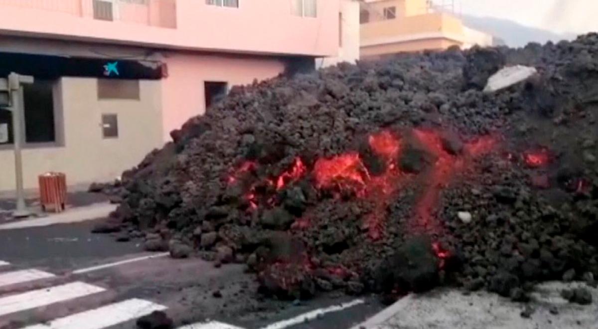 Volcán Cumbre Vieja: impactante video muestra cómo la lava invade una calle urbana